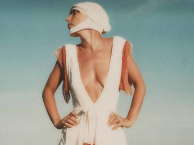 """Claudia Skoda posiert auf dem Dach der fabrikneu in ihrer Kollektion """"Shake Your Hips"""",unbekannter Fotograf, ohne Titel, Polaroid, ca. 1975"""