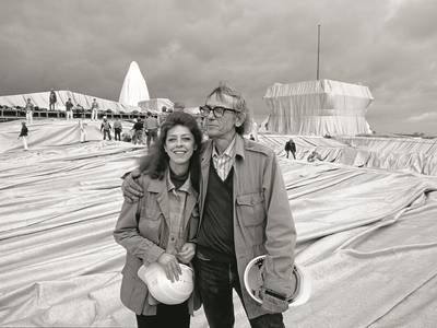 Christo & Jeanne-Claude in front of Wrapped Reichstag, Berlin 1995 – Christo & Jeanne-Claude in front of Wrapped Reichstag, Berlin 1995 © Wolfgang Volz