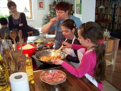 Kinder kochen für ihre Eltern