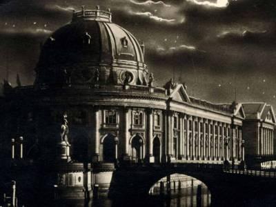 Kaiser-Friedrich-Museum in der Nacht, Detail, 1930, Fotopostkarte