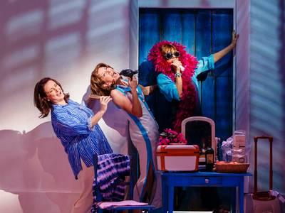 Mamma Mia! – von links: Barbara Raunegger als Rosie, Betty Vermeulen als Tanja und Sabine Mayer als Donna