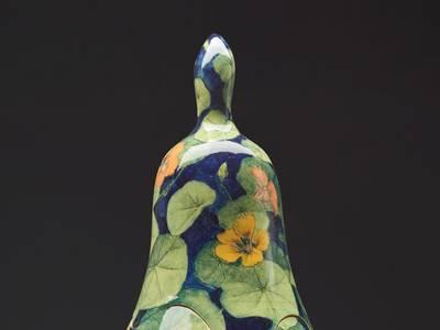 "Grita Götze, Vase ""Kapuzinerkresse"", Detail, 2019, Keramik mit Engobemalerei"