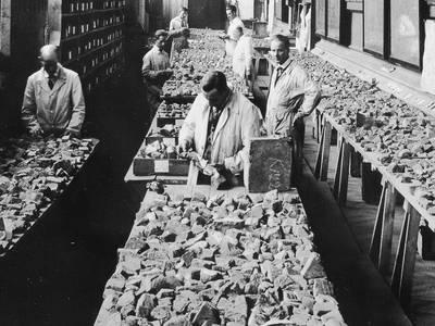 Hundertausende Glasurziegelfragmente werden in den Kolonnaden des Neuen Museums sortiert, Berlin 1927/1928