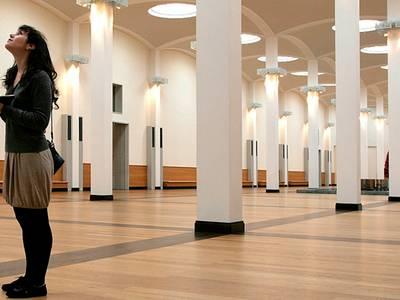 Besucherin in der Halle der Gemäldegalerie