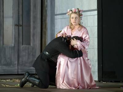 Die Hugenotten – Siobhan Stagg als Marguerite von Valois, Yosep Kang als Raoul von Nangis Bettina Stöß
