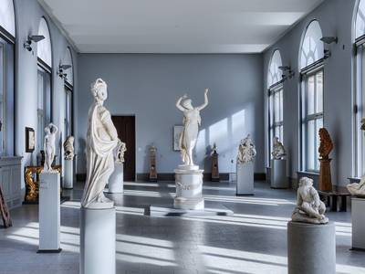 """Ansicht der Sammlungspräsentation mit der """"Tänzerin"""" von Antonio Canova"""
