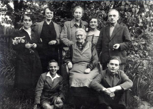 Familie Chraplewski mit Freunden im Garten im Koppelweg in Britz, um 1938 – Familie Chraplewski mit Freunden im Garten im Koppelweg in Britz, um 1938