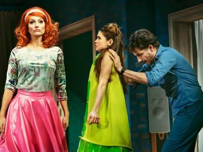 Ab jetzt, Anfänglich macht der Haushaltsroboter (Nicola Ransom, l.) Zoe (Zoe Moore) noch ein wenig Angst. Jerome (Oliver Mommsen) ermutigt sie.