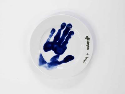 """""""Glyzerin + Kobalt"""", Handabdruck auf einem Teller"""