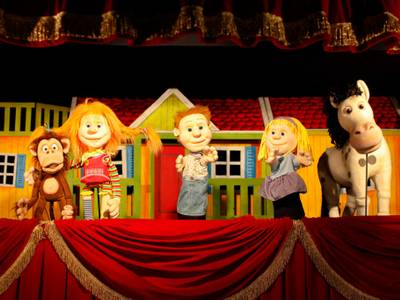 Herr Nilsson, Pippi, Tommy und Annika Settergren und Kleiner Onkel (v.l.n.r.)