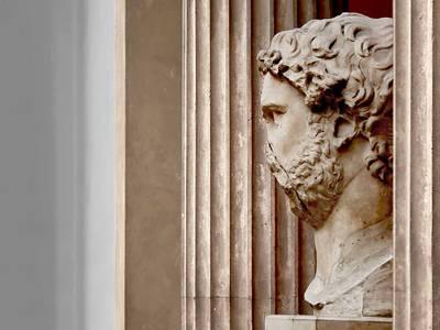 Kolossalkopf des Kaisers Hadrian zwischen den Hallensäulen des Trajaneums aus Pergamon, 2. Jh. n. Chr.