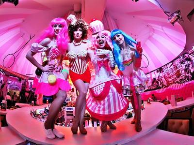 "Die ""Wilde Matilde"" - Berliner Variete Show – die Darstellerinnen in Kostüm"