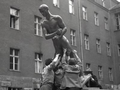 """Richard Scheibes """"Ehrenmal der Opfer des 20. Juli 1944"""" wird im Hof des Bendlerblocks aufgestellt, Berlin 1953, Foto: Liselotte Orgel-Köhne, © Deutsches Historisches Museum, Berlin Richard Scheibes """"Ehrenmal der Opfer des 20. Juli 1944"""""""