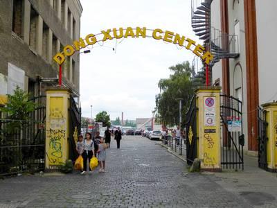 Der Eingang zum Dong Xuan Center – Silent Moves - Ein Audio-Spaziergang