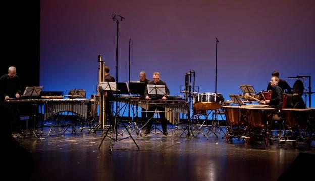Die Schlagzeuggruppe spielt Britten – Ruth Tromboukis