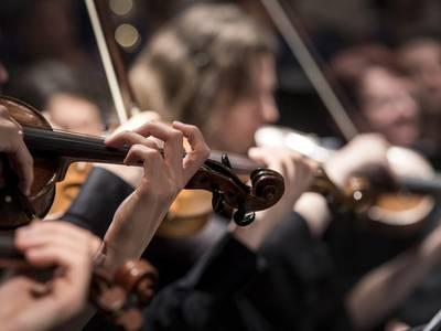– Show der Stiftung Planetarium Berlin, zu sehen sind Streicher und Streicherinnen eines Orchesters.