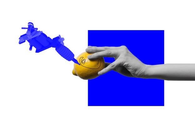 Grafik: Johannes Siebler – Grafik blau-gelb mit Hand, Zitrone und Tätowiermaschine