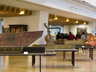 Blick in den Ausstellungsraum des Musikinstrumenten-Museums – Blick in den Ausstellungsraum des Musikinstrumenten-Museums