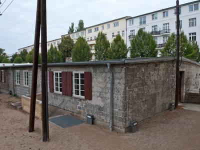 "Blick auf ""Baracke 13"" – Blick auf ""Baracke 13"" © Dokumentationszentrum NS-Zwangsarbeit, Foto: Matthias Steffen"